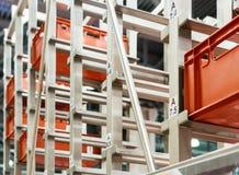 Rote Plastikkästen in den Zellen des automatisierten Lagers Stockfoto