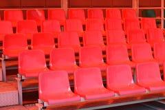 Rote Plastiksitze Stockbilder