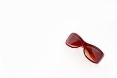 Rote Plastiksonnenbrillen mit brauner Linse Stockbild