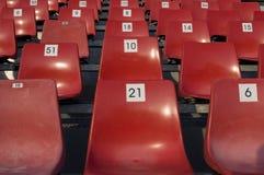 Rote Plastikstühle stockbilder