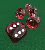 Rote Plastikwürfel auf Grünfilz Stockfotografie