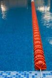 Rote Plastikzeile im Swimmingpool Lizenzfreies Stockfoto