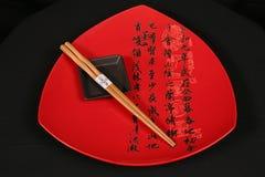 Rote Platte mit chinesischen Zeichen Stockbild