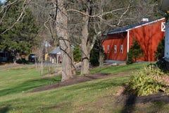 Rote Pole-Scheune auf Ackerland Lizenzfreie Stockbilder