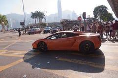 Rote Porsche-Fahrten auf Allee in Hong Kong Stockfoto