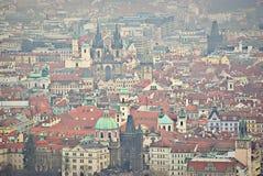 Rote Prag-Dächer lizenzfreie stockfotografie