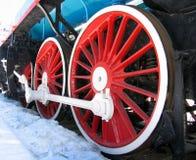 Rote Räder der alten Lokomotive stockbild