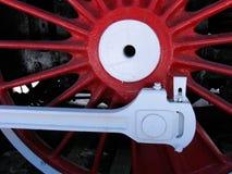 Rote Räder der alten Lokomotive stockfotografie