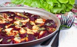 Rote Rübe backte im Ofen mit Käse und Kürbiskernen Lizenzfreie Stockfotografie