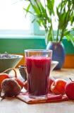 Rote Rübe und Apfelsaft Stockfotografie
