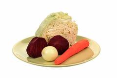 Rote Rüben, Kohl, Zwiebeln, Karotten legen auf eine Platte Lizenzfreies Stockfoto