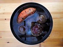 Rote Rüben und Kartoffel auf Holztisch lizenzfreie stockfotografie