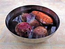 Rote Rüben und Kartoffellinoleumbodenhintergrund stockbild