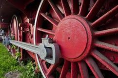Rote Räder der großen alten Dampflokomotive vom Orientexpress Stockbilder
