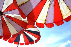 Rote Regenschirme Lizenzfreie Stockbilder