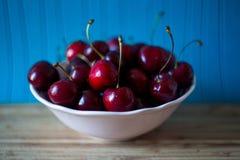 Rote reife Kirsche in einer weißen Schale lizenzfreies stockfoto