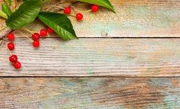 Rote reife Kirschen auf einem Hintergrund der alten Scheune verschalt Lizenzfreies Stockbild