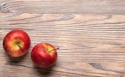 Rote reife Äpfel auf einem Holztisch Fruchtäpfel auf dem alten Brett Lizenzfreies Stockbild