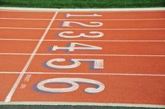 Rote Rennenspur mit Zahlen Stockbilder