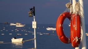 Rote Rettungsringe hängen am Pier stock video