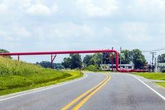 Rote Rohrleitung über der Straße Lizenzfreies Stockfoto