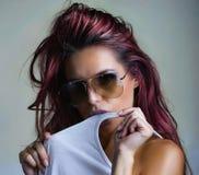 Rote, rosa Haardame auf blauem Hintergrund lizenzfreies stockbild