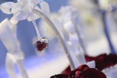 Rote rosafarbene Blumenblätter im Korb bereiten sich für Gebrauch in der Hochzeitszeremonie vor lizenzfreie stockbilder