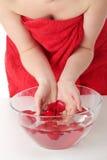Rote rosafarbene Blumenblätter im Wasser Stockfotos