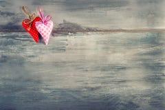 Rote Rose Handgemachte Herzen des roten Stoffes auf hölzernem Hintergrund Stockfotografie