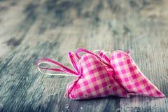 Rote Rose Handgemachte Herzen des roten Stoffes auf hölzernem Hintergrund Stockfoto