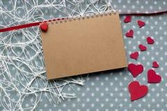 Rote Rose Herzen auf blauem Gewebe Feiertagshintergrund mit c Stockfotografie