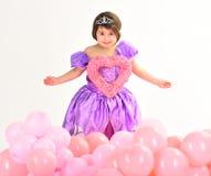 Rote Rose Kindheitsglück Kindermode Wenig Verlust im schönen Kleid Der Tag der Kinder Kleiner hübscher Kindergriff lizenzfreie stockfotos