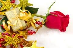 Rote Rose mit goldenem Geschenk Lizenzfreie Stockbilder