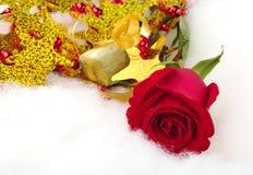 Rote Rose mit Weihnachtsdekoration Lizenzfreie Stockfotografie