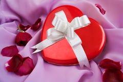Rote Rose und Heart-shaped Geschenk-Kasten mit Farbband stockfotos