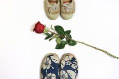 Rote Rose und Schuhe Stockfoto