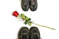 Rote Rose und Schuhe Lizenzfreie Stockfotos