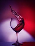 Rote Rose Wine Tempting Abstract Splashing auf Steigungshintergrund der Weiß-, Purpurroten und Rotenfarben auf dem reflektierende Stockbilder