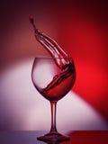 Rote Rose Wine Tempting Abstract Splashing auf Steigungshintergrund der Weiß-, rosa und Rotenfarben auf dem reflektierenden Lizenzfreie Stockfotografie