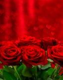 Rote Rosen über Valentinsgrußtageshintergrund mit Herzen Lizenzfreies Stockbild