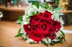 Rote Rosen auf einem Hintergrund von Kosmetik Lizenzfreie Stockbilder