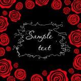 Rote Rosen auf einem schwarzen Hintergrund Schablone für Entwurf Lizenzfreie Stockfotos