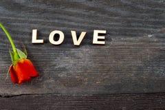 Rote Rosen auf hölzernem Brett, Valentinsgruß-Tageshintergrund Stockfotografie
