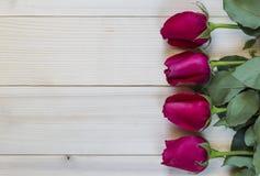 Rote Rosen auf hölzernem Hintergrund für Valentinstag stockbild
