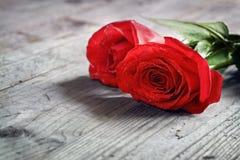 Rote Rosen auf Holz stockfotografie