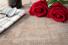 Rote Rosen auf Speisetische Valentinstag, Jahrestag usw. Stockfotos