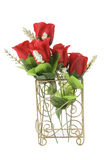 Rote Rosen in der Draht-Halterung Stockfotos
