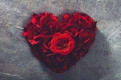Rote Rosen in der Herzform lizenzfreie stockfotos