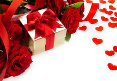 Rote Rosen der Kunst-Valentinsgrüße und Geschenkkasten Lizenzfreie Stockbilder