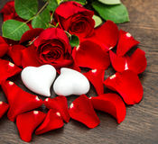 Rote Rosen der Valentinsgruß-Tagesdekoration und zwei Herzen Stockbild